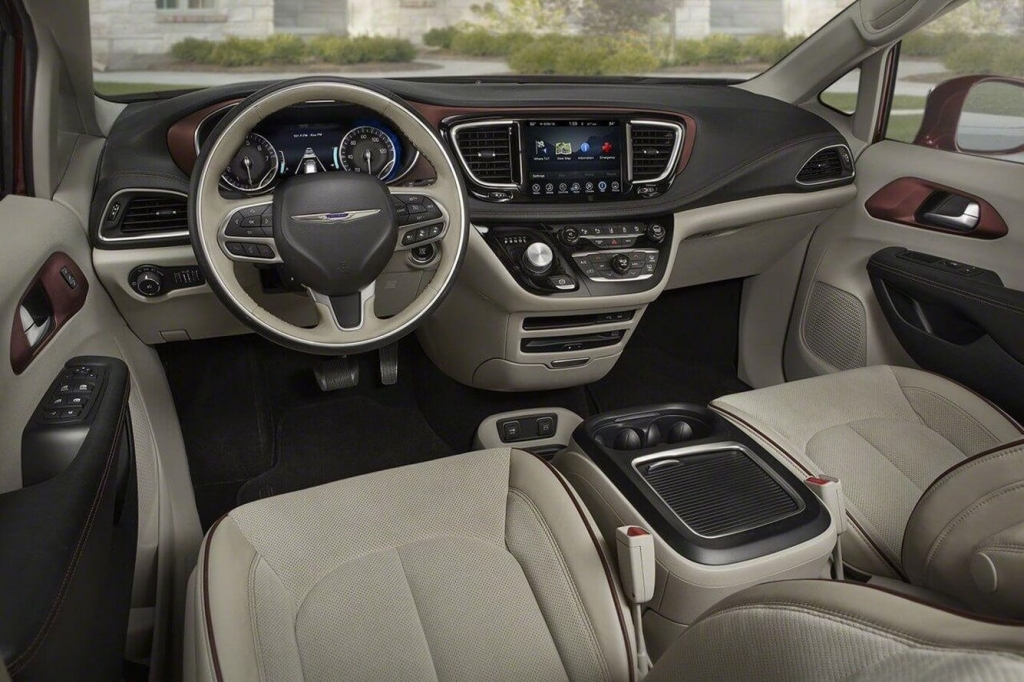 2020 Chrysler Town and Country Minivan Wallpapers